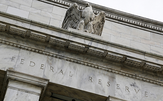 An eagle tops the U.S. Federal Reserve building's facade in Washington, July 31, 2013. The U.S. Federal Reserve likely will decide at the end of a policy meeting on Wednesday to continue buying bonds at an $85 billion monthly pace, but it could alter an accompanying statement to spell out the possibility of scaling back purchases later this year. REUTERS/Jonathan Ernst    (UNITED STATES - Tags: POLITICS BUSINESS) - RTX125XB