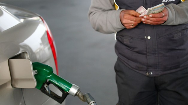 bazý petrol istasyonlarýnda yol kenarlarýna konulan tabelalardaki fiyatlarla pompa fiyatlarý arasýnda fark oluyor. Bundan habersiz olan vatandaþlar indirm var sanarak pahalý yakýt alýyor. 04 nisan 2012 (hüseyin sarý)